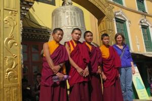 vier Mönche + Astrid mit Glocke